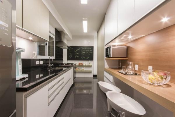 Cozinha de apartamento com cooktop e bancada
