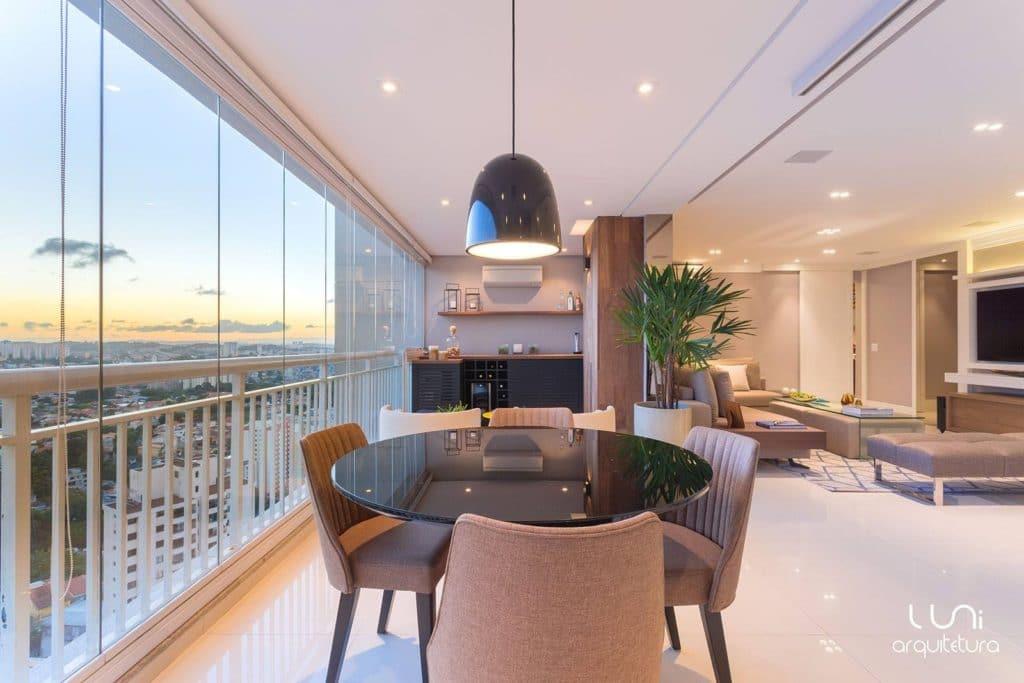 varanda gourmet integrada com churrasqueira e sala de jantar apartamento decorado | Luni Arquitetura
